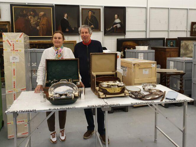 Overdracht twee reisnecessaires, deel uitmakend van een omvangrijke schenking uit 2016 van 19 reisnecessaires aan het Koninklijk Oudheidkundig Genootschap van J. Kamp en M. Kamp-Heldring, 7 mei 2021, Rijksmuseum.