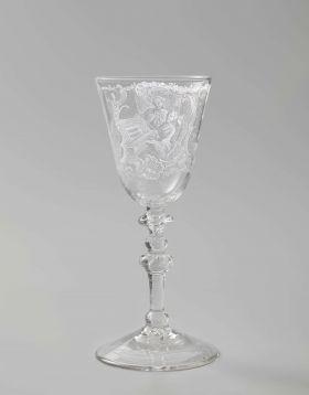 Kelkglas met een vrouw achter een spinet