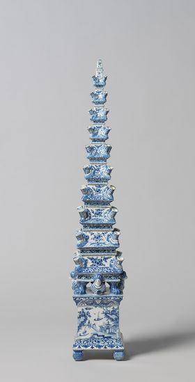 Onderdeel bloempiramide van Delfts aardewerk